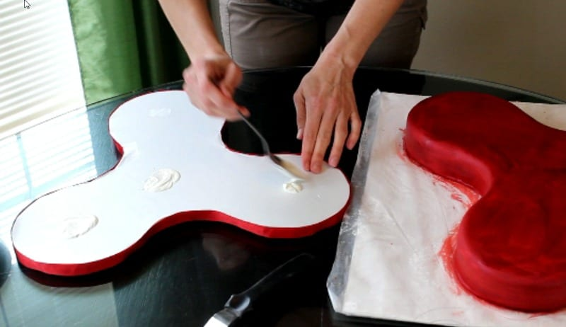 attaching cake to bottom cake board for fidget spinner cake