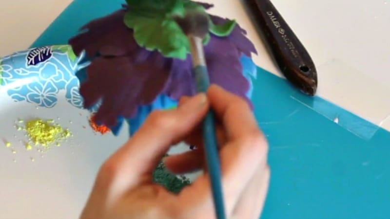Dusting the gumpaste peony leaves and calyx