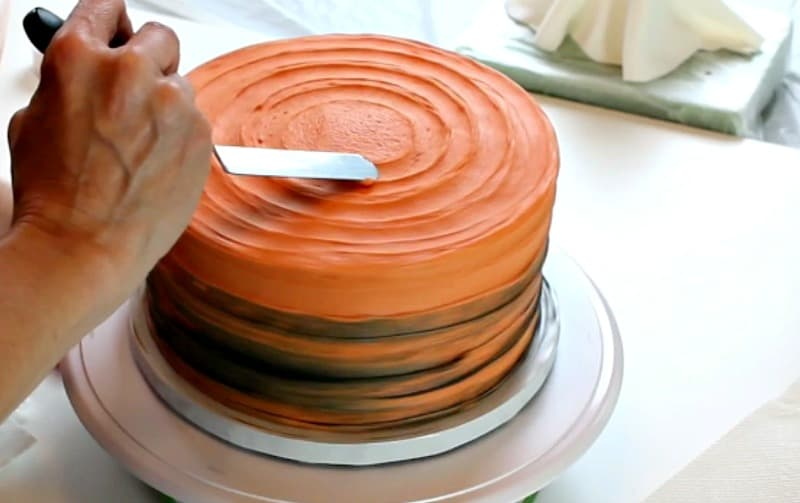 Adding buttercream ridges too cake