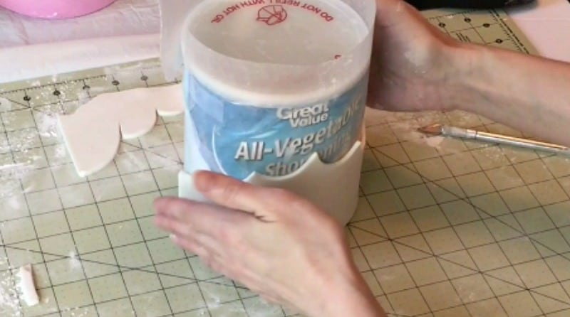Wrapping gumpaste crown around can