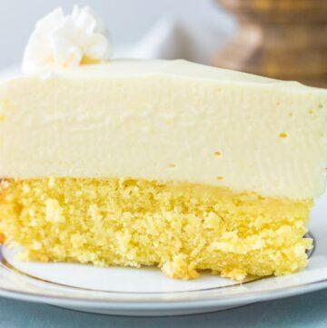 Slice of cake bottom lemon cheesecake on a white platee
