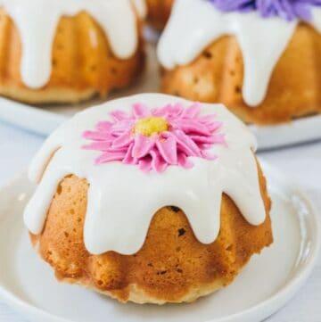 daisy mini bundt cake