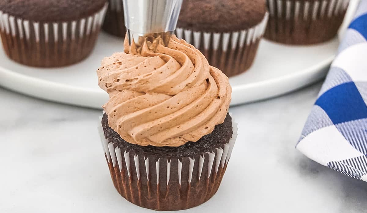 piping chocolate icing